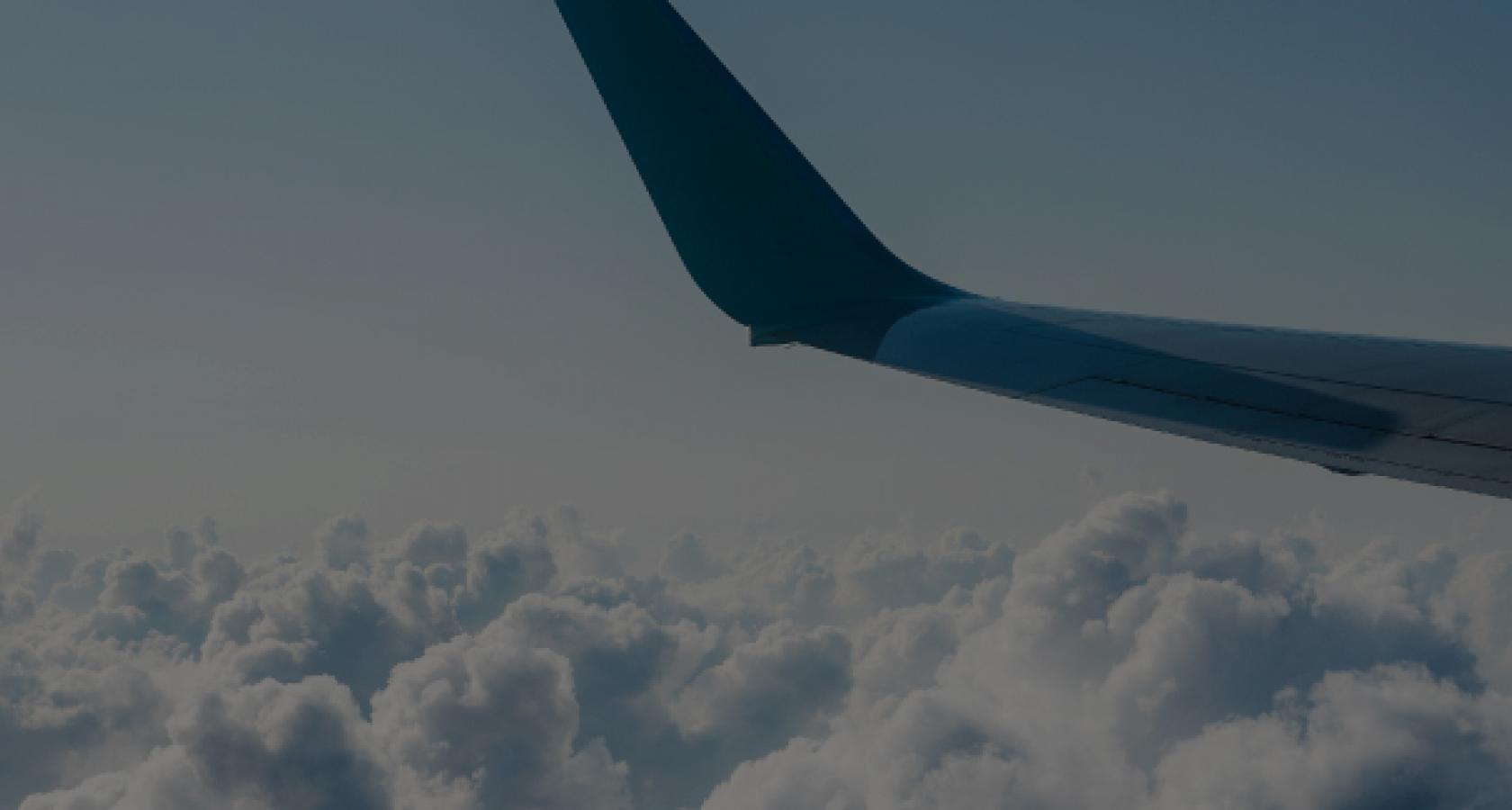 Tarjetas de Viajes Avión volando y nubes