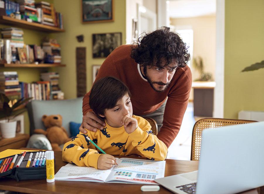 Papá con hijo haciendo tarea